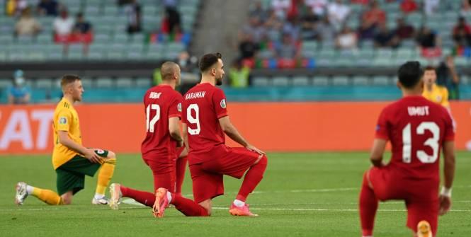 Foot - Euro - La Turquie et le pays de Galles s'agenouillent avant le coup d'envoi de leur match à l'Euro